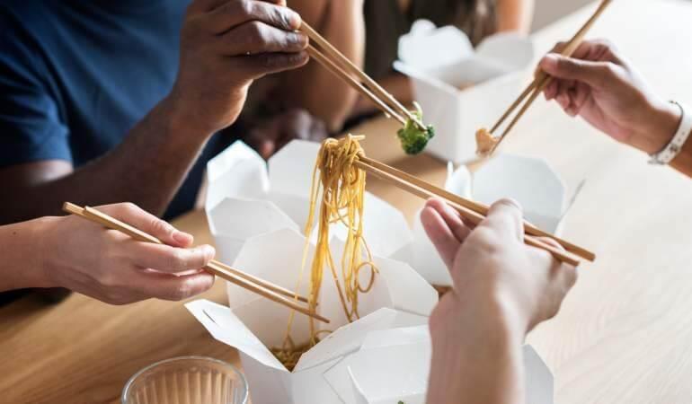 Conceptul alb de ambalaje eco-friendly din hartie si carton pentru catering si street food