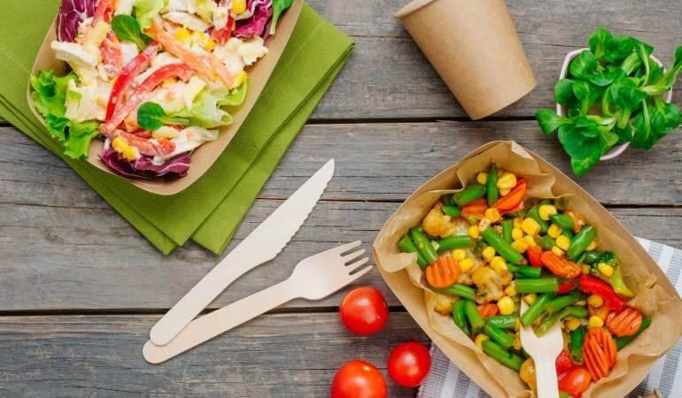 Conceptul kraft natur de ambalaje eco-friendly din hartie si carton pentru catering si street food